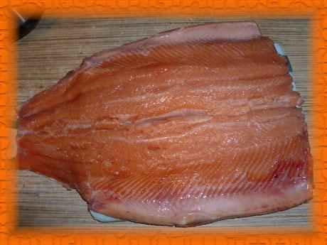 Рыбу разделываем и удаляем кости