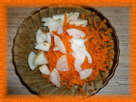 Трем на крупной терке морковь и режем лук