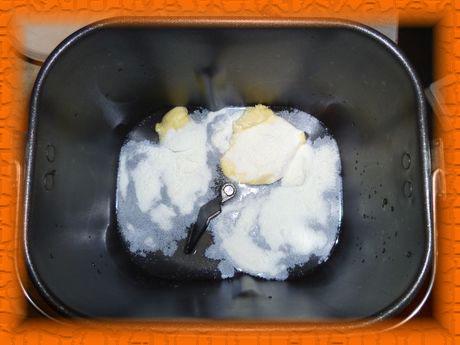 Наливаем воду, кладем соль, сахар, сухое молоко и масло