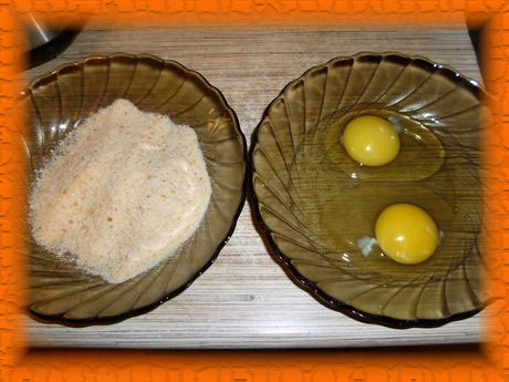 В одну тарелку насыпаем сухари, в другую разбиваем яйца