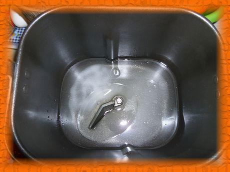 Наливаем воду, кладем соль, сахар и растительное масло