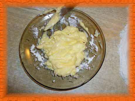 Размягченное сливочное масло смешиваем с чайной ложкой муки