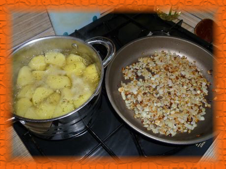 Отвариваем картофель, обжариваем лук на растительном масле